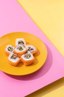 Pyszne sushi z wysokim kątem na talerzu