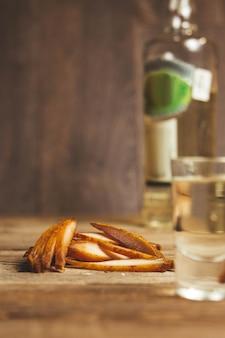 Pyszne suszone na drewnianym tle. produkty w opakowaniach rzemieślniczych. przekąska na alkohol. zdjęcie makro. zbliżenie.