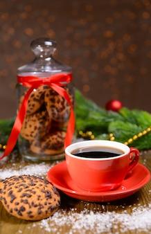 Pyszne świąteczne ciasteczka w słoiku na stole na brązowym tle