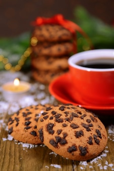 Pyszne świąteczne ciasteczka w słoiku na stole z bliska