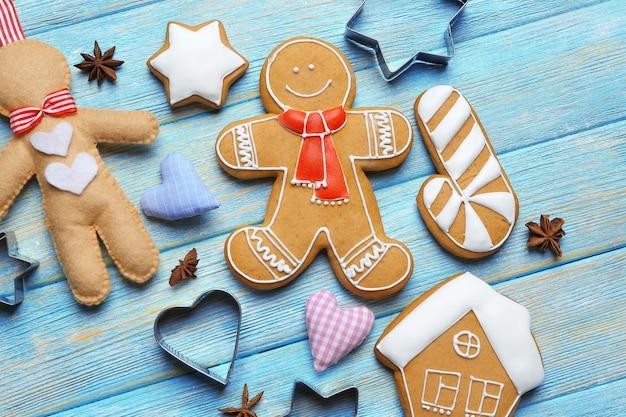 Pyszne świąteczne ciasteczka z foremkami na drewnianym tle