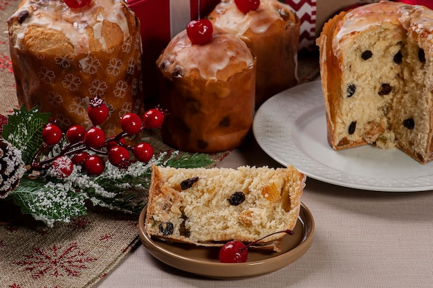 Pyszne świąteczne mini panettones domowej roboty z owocami i orzechami
