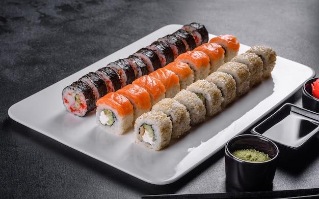 Pyszne świeże bułeczki w różnych zestawach. japońskie jedzenie z awokado, krewetkami, krabem i łososiem