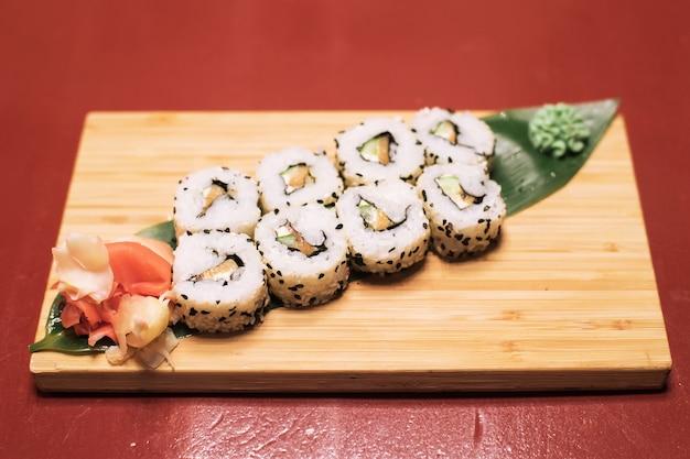 Pyszne świeże bułeczki z czerwoną rybą awakad serkiem sałata sezamowa