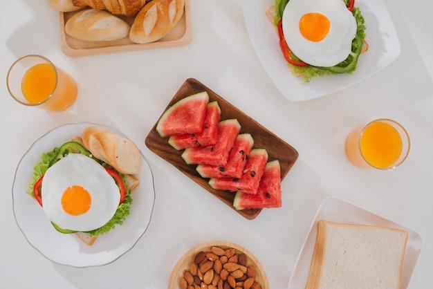Pyszne świeże domowe śniadanie na stole?