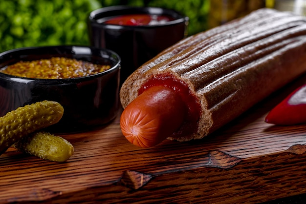Pyszne świeże hot dogi z różnymi rodzajami bułek i kiełbasek. fast food, nieprzydatne jedzenie
