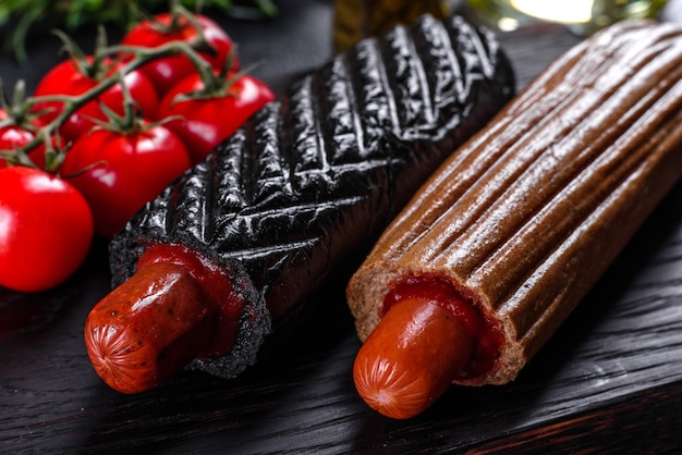 Pyszne świeże hot dogi z różnymi rodzajami bułek i kiełbasek. fast food, niezdrowy