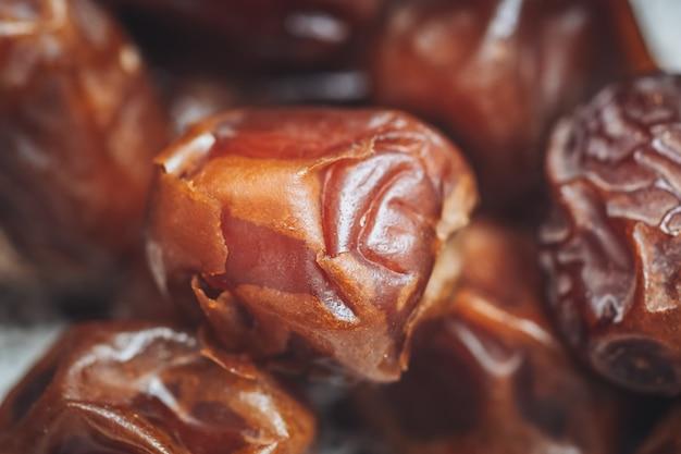 Pyszne świeże i słodkie daty sukkari