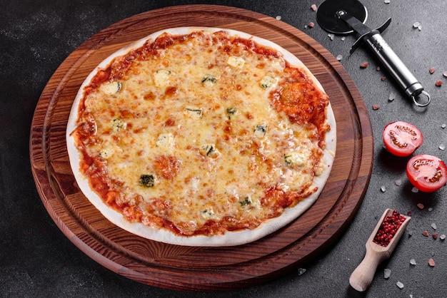 Pyszne świeże pieczywo gotowane na pizzę cztery sery na przytulnym stole w restauracji