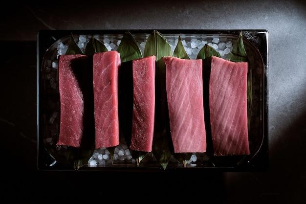 Pyszne świeże porcje polędwicy z tuńczyka błękitnopłetwego