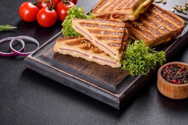 Pyszne świeże tosty z grilla z serem i szynką. kanapki, szybka przekąska