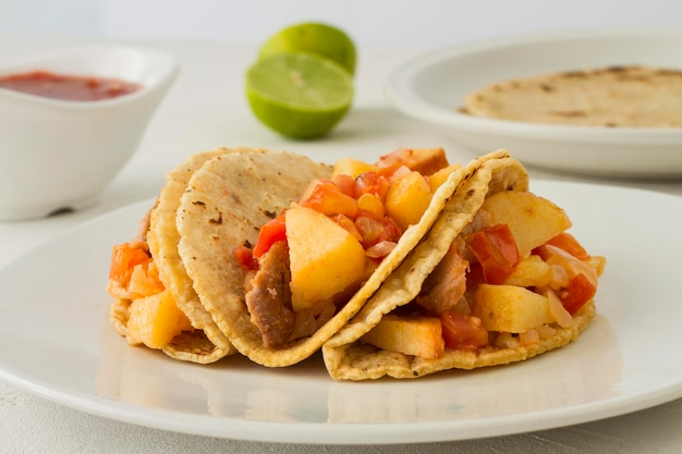 Pyszne tacos na białym talerzu
