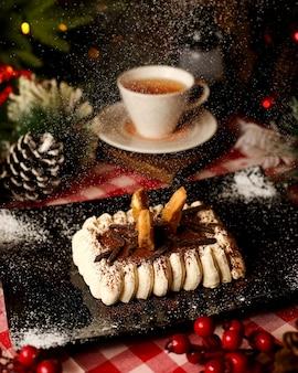 Pyszne tiramisu posypane kakao i czekoladą
