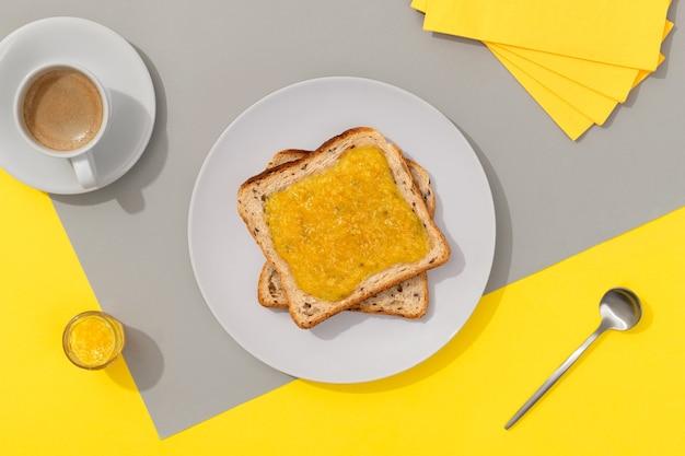 Pyszne tosty z konfiturą cytrynową na szarym tle. koncepcja menu restauracji śniadaniowej