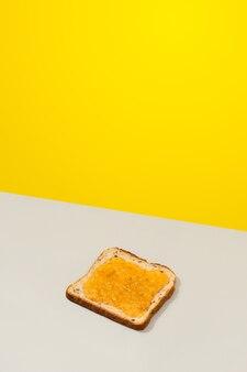 Pyszne tosty z konfiturą cytrynową na szarym tle
