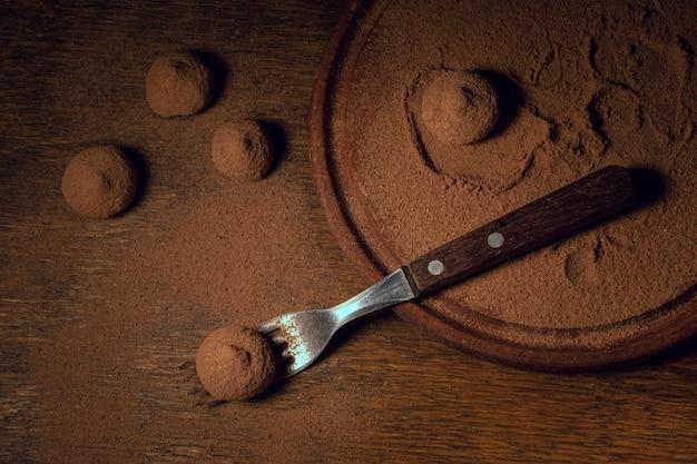 Pyszne trufle z widokiem z góry i proszek kakaowy