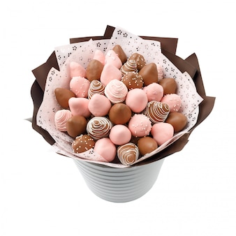 Pyszne truskawki w brązowo-różowej czekoladzie