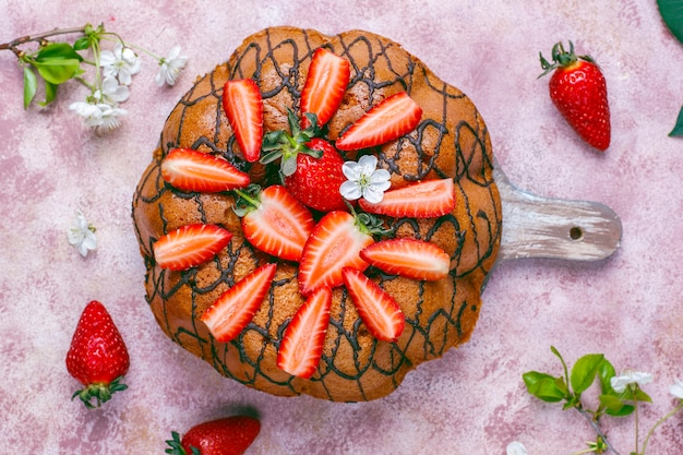 Pyszne truskawkowe ciasto czekoladowe ze świeżymi truskawkami