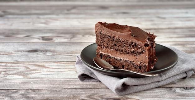 Pyszne wegańskie ciasto czekoladowe na talerzu
