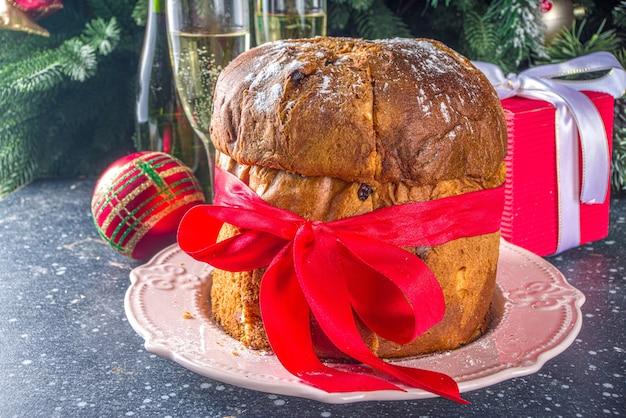 Pyszne włoskie świąteczne panettone na świątecznym stole