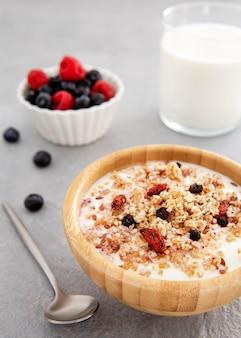 Pyszne zboża i jogurt z widokiem na owoce leśne