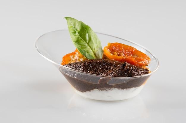 Pyszne zdrowe przekąski serwowane weselnej koncepcji gastronomicznej