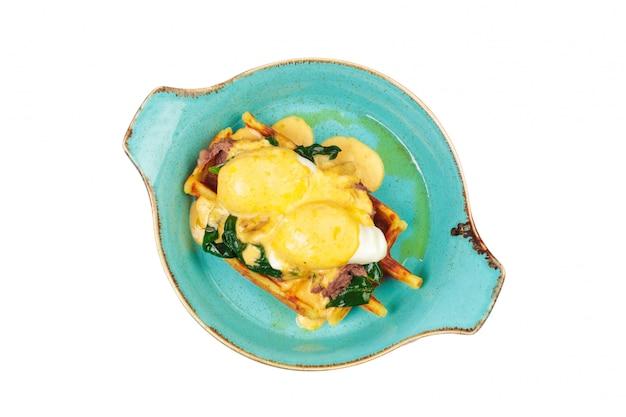 Pyszne zdrowe śniadanie pikantne gofry, smażone jajka