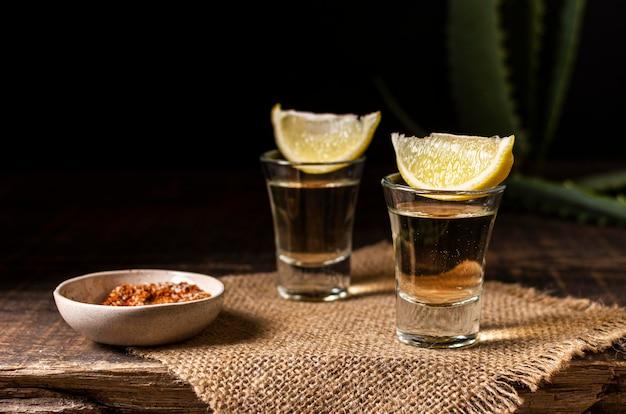 Pyszny asortyment napojów mezcal