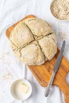 Pyszny biały chleb na desce do krojenia