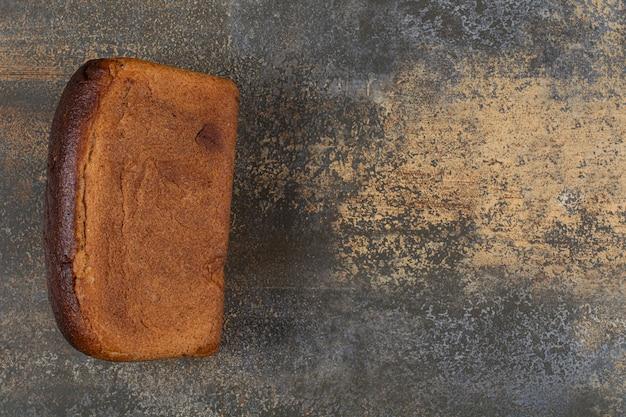 Pyszny bochenek chleba na marmurowym stole.
