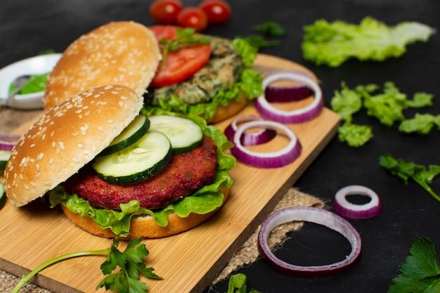 Pyszny burger wegetariański pod dużym kątem