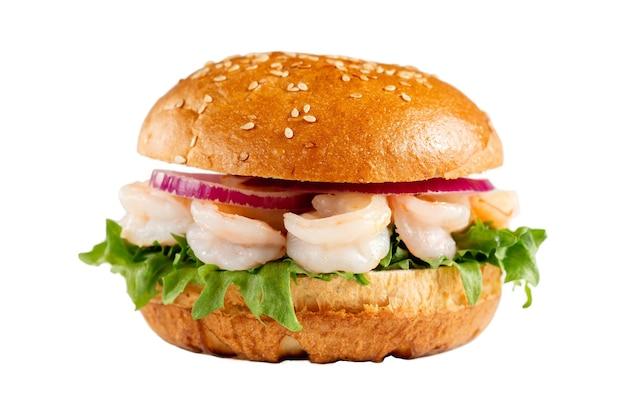 Pyszny burger z krewetkami na na białym tle. smaczne, świeże, niezdrowe hamburgery z serem i dwoma pasztecikami. fast food, koncepcja niezdrowej żywności.