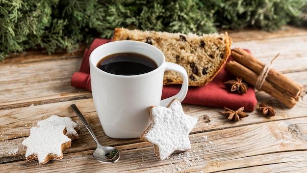 Pyszny chleb bożonarodzeniowy z wysokim kątem