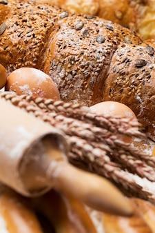 Pyszny chleb, bułeczki i jajka na stole
