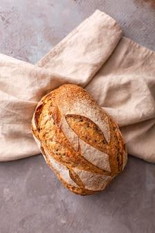 Pyszny chleb na ręczniku do obejrzenia