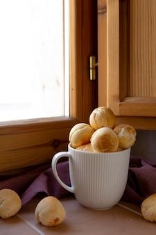Pyszny chleb serowy upieczony w aranżacji