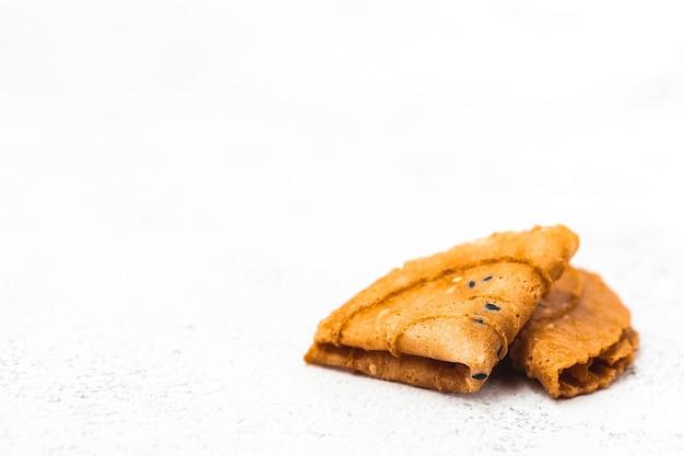 Pyszny chrupiący kokos złożony na białym tle na tajski deser, azjatyckie jedzenie i koncepcję jedzenia