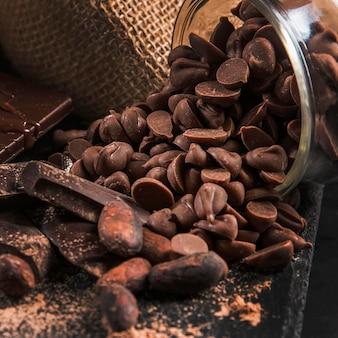 Pyszny czekoladowy układ na ciemnym ściereczce z bliska