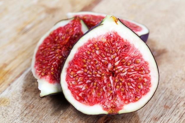 Pyszny czerwony miąższ figowy z nasionami, dojrzałe figi pokrojone na kilka części