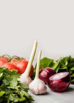 Pyszny czosnek i cebula dla zdrowej sałatki