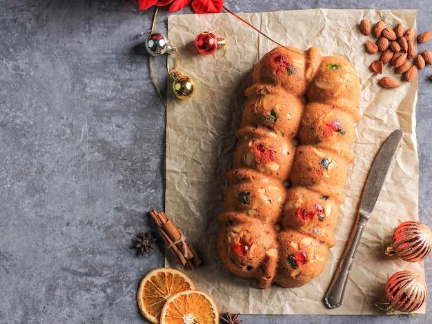 Pyszny domowy budyń bochenek ciasta angielskiego z suszonymi owocami, sułtankami, rodzynkami i siekanymi migdałami. serwowane podczas świąt bożego narodzenia lub sylwestra