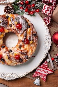 Pyszny domowy chleb bożonarodzeniowy z owocami i orzechami. widok z góry