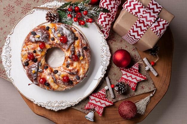 Pyszny domowy chleb bożonarodzeniowy z owocami i orzechami