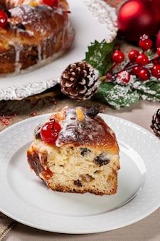 Pyszny domowy chleb bożonarodzeniowy z owocami i orzechami.