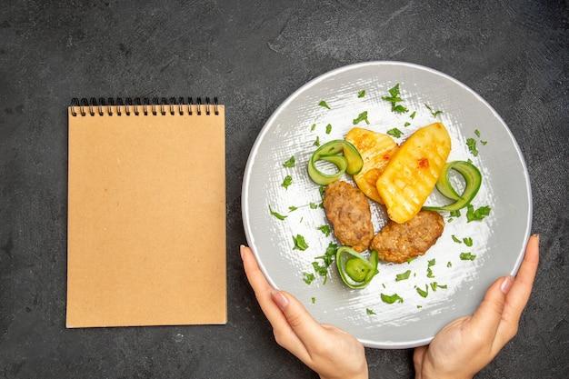 Pyszny domowy kotlet wraz z ziemniakami