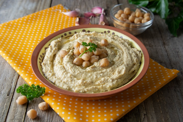 Pyszny domowy makaron hummus z oliwą z oliwek i ciecierzycą. zdrowe jedzenie.