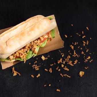 Pyszny fast-food hot dog na papierze do pieczenia wysoki widok