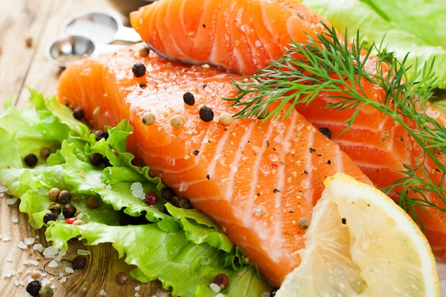 Pyszny filet z łososia, bogaty w olej omega 3