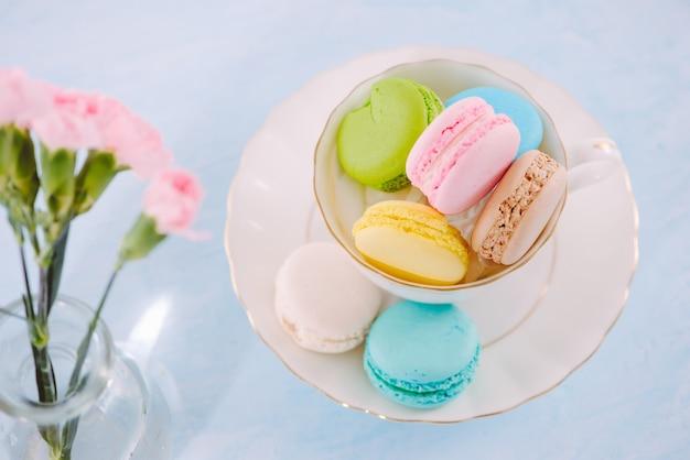 Pyszny francuski deser. kolorowy pastelowy makaronik lub makaronik