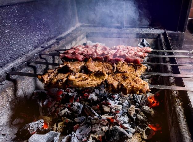 Pyszny grill wołowy i wieprzowy z grilla. gruzińska restauracja.